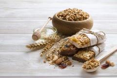 Granola superfood mit Mandel und Acajounüssen, trockene Früchte, Rosinenkirsche in der hölzernen Schüssel auf dem weißen Holztisc Lizenzfreie Stockfotos