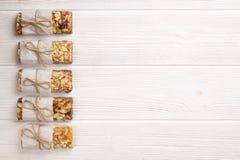 Granola superfood mit Mandel und Acajounüssen, trockene Früchte, Rosinenkirsche in der hölzernen Schüssel auf dem weißen Holztisc Stockbild