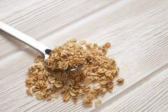 Granola superfood mit Mandel und Acajounüssen, trockene Früchte, Rosinenkirsche im keramischen Glas auf dem weißen Holztisch, Dra Stockbilder