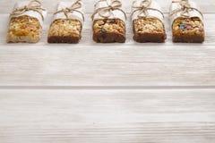 Granola superfood mit Mandel und Acajounüssen, trockene Früchte, Rosinenkirsche im keramischen Glas auf dem weißen Holztisch, Dra Lizenzfreie Stockfotos
