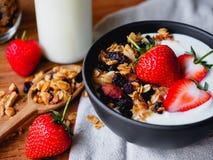 Granola truskawka i jogurt Zdjęcie Royalty Free