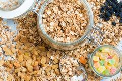 Granola in un barattolo con le bacche secche Fotografia Stock