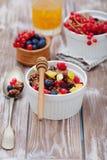 Granola und frische Beeren Lizenzfreie Stockbilder