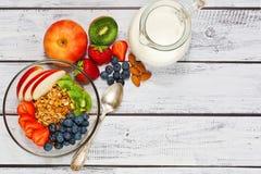 Granola und Fruchtfrühstück, nährendes Konzept Stockfotos