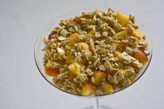 Granola-und Pfirsich-Parfait Stockfotos