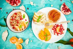 Granola van de Smoothieskom en Rijst Kernachtig brood royalty-vrije stock afbeelding