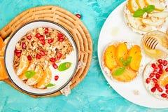 Granola van de Smoothieskom en Rijst Kernachtig brood royalty-vrije stock foto's