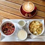 Granola van het Muesligraangewas met vers fruit en koffie voor ontbijt Stock Fotografie