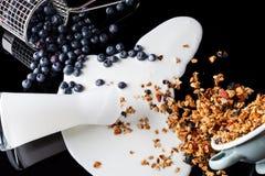 Granola van yoghurtbosbessen op zwarte hoge hoek wordt gemengd die Stock Foto