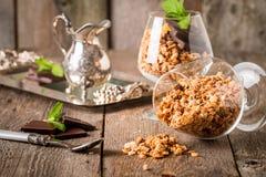 Granola in vetro con i pezzi di cioccolato fondente Immagini Stock