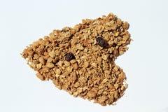 Granola y pasas secos en la forma de un corazón Imágenes de archivo libres de regalías