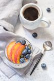 Granola y yogur con las bayas frescas Fotografía de archivo