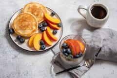 Granola y yogur con las bayas frescas Imagen de archivo libre de regalías