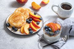 Granola y yogur con las bayas frescas Fotos de archivo libres de regalías