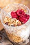 Granola, yoghurt, noten en bessen Stock Foto's