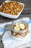 Granola, yogur y un plátano en tarro Imagen de archivo libre de regalías