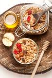 Granola z dokrętkami, suszyć - owoc i miód na drewnianym tle Zdjęcia Stock