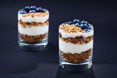 granola z jogurtem i czarne jagody w szkle dalej zdjęcia royalty free