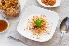 Granola z mlekiem, miodem i dokrętkami, zdrowe śniadanie Zdjęcia Stock