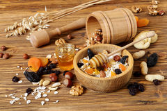 Granola z oatmeal, dokrętki, suszył - owoc i miód obraz royalty free