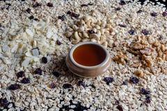 Granolabestandteile von der Seite mit Honig Lizenzfreie Stockbilder