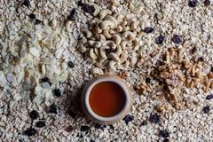 Granolabestandteile von oben genanntem mit Honig Lizenzfreies Stockfoto
