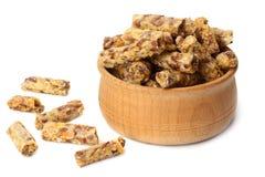 Granolafrukost i träbunken som isoleras på vit bakgrund Mysli sund mat stångsädesslag bantar kondition fotografering för bildbyråer