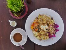Granolafrukost med nya frukter och kaffe Royaltyfria Foton
