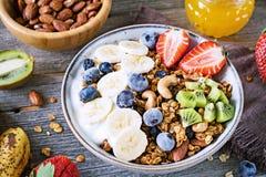 Granolaschüssel mit Früchten und Beeren Stockbild