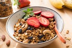 Granolaschüssel und frische Erdbeeren Lizenzfreies Stockfoto