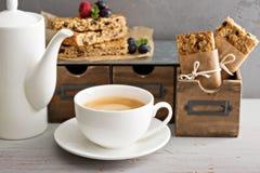 Granolastänger för att frukosten ska gå royaltyfri fotografi