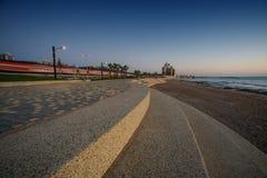 Granolite и вымощая камни покрыли переднюю прогулку моря при поезд проходя позади Стоковое Изображение RF