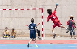 Granollers-SCHALE 2013. Spieler, der den Ball schießt Lizenzfreie Stockfotos