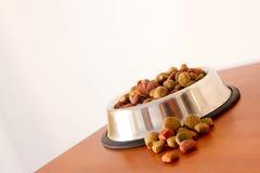 Granos alimenticios de perro de Coulourfull Fotos de archivo