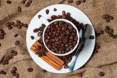 Granos, canela y anís de café en taza de café imágenes de archivo libres de regalías