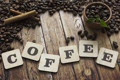 Granos, canela y letras de café Foto de archivo libre de regalías