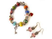 Granos coloridos pulsera y pendientes Imagen de archivo libre de regalías