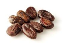 Granos de cacao en blanco Foto de archivo libre de regalías