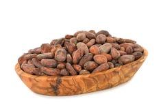 Granos de cacao en un cuenco de madera fotos de archivo libres de regalías