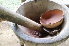 Granos de cacao que son puestos a tierra en un mortero Fotos de archivo libres de regalías