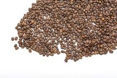 Granos de café aislados en blanco Imagen de archivo