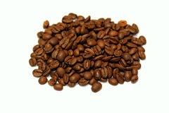 Granos de café aislados en blanco Fotos de archivo