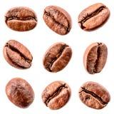 Granos de café aislados en blanco. Colección Fotos de archivo