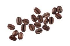 Granos de café aislados en el cierre blanco del fondo para arriba Imagenes de archivo