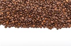 Granos de café aislados en el fondo blanco Fotos de archivo libres de regalías