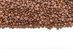 Granos de café aislados en el fondo blanco Fotos de archivo