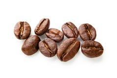 Granos de café aislados en el fondo blanco Imagen de archivo