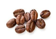 Granos de café aislados en el fondo blanco Foto de archivo libre de regalías