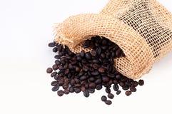 Granos de café aislados en el fondo blanco Foto de archivo