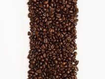 Granos de café aislados en el fondo blanco con el lugar para el texto imagen de archivo
